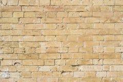 黄色大洪水前石工一块石砖的织地不很细背景  部分地被毁坏的墙壁 背景黑色蓝色砖组合grunge纸张砂岩构造口气 免版税库存图片