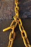 黄色大金属工业链子在海港 免版税图库摄影