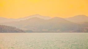 黄色天空、海岛和海运 免版税库存图片