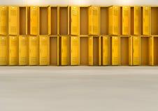 黄色学校衣物柜 免版税图库摄影