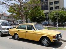 黄色富豪集团144轿车在Barranco,利马停放了 免版税库存照片