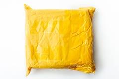 黄色小包包裹或货物箱子有产品的,顶视图在白色背景,空白或假装与拷贝空间 图库摄影