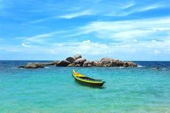 黄色小船在绿松石海运 免版税图库摄影