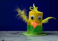 黄色小鸡由卫生纸卷制成由孩子 库存图片