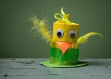 黄色小鸡由卫生纸卷制成由孩子 免版税库存照片
