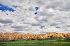 黄色山在沙漠 库存照片