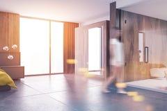 黄色床豪华被定调子的顶楼卧室和卫生间 免版税图库摄影