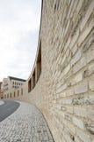 黄色弯曲的墙壁在Rottenburg 免版税库存照片