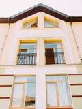 黄色房子的上部视图有开窗口的 免版税库存照片