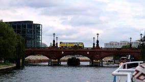 黄色旅游bus_Berlin,在桥梁的Germany_driving 库存照片