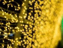 黄色星形bokeh衬里的样式沿克里斯导线的  免版税库存照片