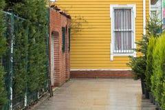 黄色木房屋板壁房子 免版税图库摄影