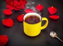 黄色杯子用热的咖啡 免版税库存图片