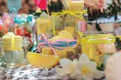 黄色柠檬、糖果和颜色 免版税库存照片