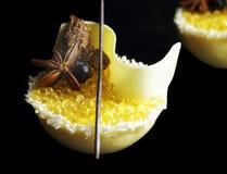 黄色柠檬果冻鱼子酱和白色瓜奶油甜点点心用椰子、蜂蜜、白色巧克力和被隔绝的八角  免版税库存照片