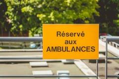 黄色标志或被写用法语:为救护车预留 免版税库存照片