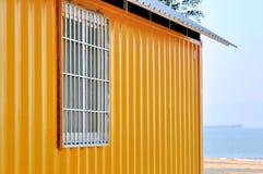 黄色棚子和海运视图 免版税库存图片