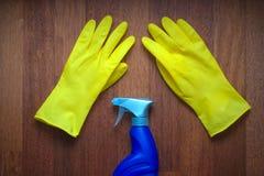 黄色橡胶手套和蓝色杀菌剂浪花瓶 库存照片