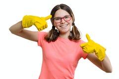黄色橡胶防护手套的年轻微笑的快乐的女孩,白色被隔绝的背景 免版税库存照片