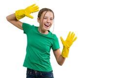 黄色橡胶防护手套的年轻微笑的快乐的女孩,白色被隔绝的背景 免版税库存图片