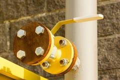 黄色气体分配管的把柄,特写镜头 图库摄影
