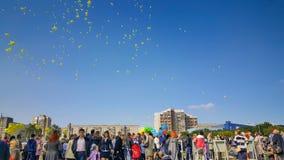 黄色气球飞行了在庆祝的天空 免版税库存照片