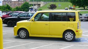 黄色汽车明显`短小公共汽车` 库存图片