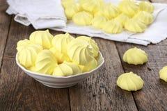 黄色法国蛋白甜饼曲奇饼 图库摄影