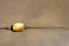 黄色浮体 在绳索的黄色浮体说谎在Cran卡纳里亚海滩  图库摄影
