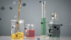 黄色液体填满的烧杯 影视素材
