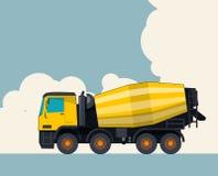黄色混凝土搅拌机卡车,与云彩的天空在背景中 与水泥搅拌车的横幅布局 免版税库存图片