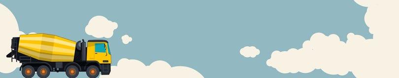 黄色混凝土搅拌机卡车,与云彩的天空在背景中 与水泥搅拌车的水平的横幅布局 免版税图库摄影