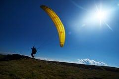 黄色滑翔伞太阳天空草 库存照片