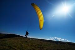 黄色滑翔伞太阳天空草 库存图片