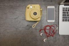 黄色照相机、巧妙的电话和耳机 一部分的膝上型计算机 C 库存照片