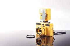 黄色玩具照相机 免版税库存图片