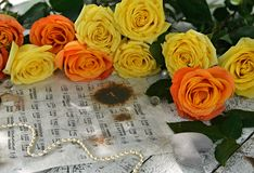 黄色玫瑰、首饰装饰和音乐纸张笔记 图库摄影