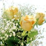 黄色玫瑰和白色小的花美丽的花束有迷离背景 免版税图库摄影