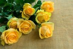 黄色玫瑰花束在桌上的 库存照片