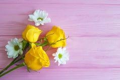 黄色玫瑰菊花在桃红色木背景的框架葡萄酒 库存图片