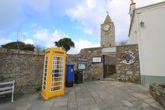 黄色电话亭和蓝色岗位箱子 免版税库存图片