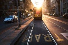 黄色电车一清早在米兰,意大利  免版税库存照片