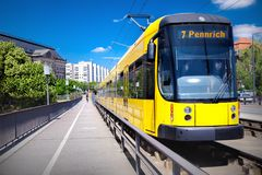黄色电车轨道在德累斯顿 库存照片