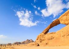 黄色的风景看法上色了在旱谷兰姆酒的曲拱岩石dese 库存照片