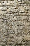 黄色砂岩老被修剪的砂岩墙壁与不规则地大和非常小石头的 免版税库存照片