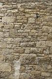 黄色砂岩老被修剪的砂岩墙壁与不规则地大和非常小石头的 库存图片