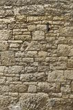 黄色砂岩老被修剪的砂岩墙壁与不规则地大和非常小石头的 库存照片