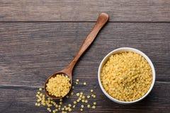 黄色砍了高蛋白土耳其扁豆 有l的木匙子 免版税库存照片