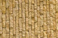 黄色砖墙。 库存图片