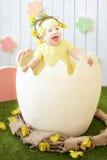 黄色礼服的小女孩有在她的头发的装饰的在e 免版税图库摄影